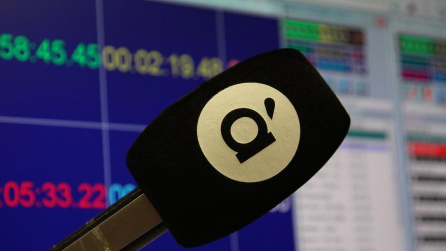 Detalle del micrófono en los estudios de À Punt radio