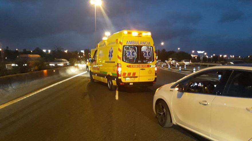 Una ambulancia atiende el atropello de una mujer en la GC-1
