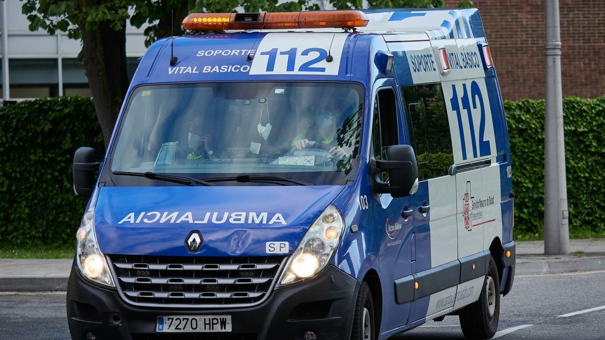 Una ambulancia del 112 entra en el Complejo Hospitalario de Navarra.