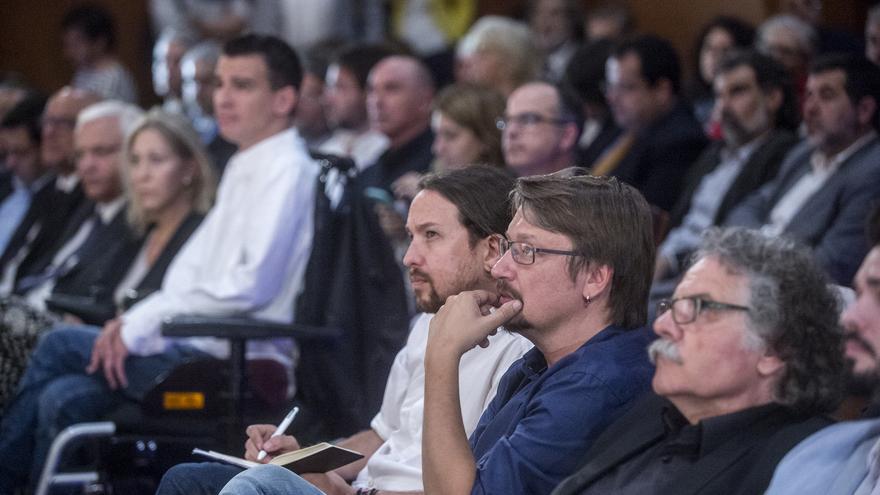 Pablo Iglesias, Xavier Domènech y Joan Tardá, en un acto del president de Catalunya, Carles Puigdemont, en Madrid