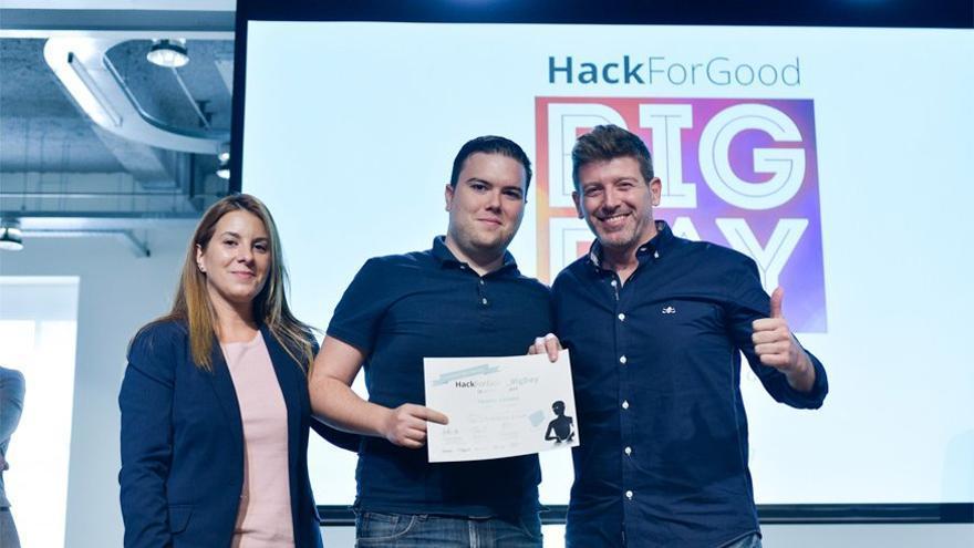 Javier Iniesta (en el centro de la foto), junto a su compañero de la UCAM, Juan Fernando Hernández, recogiendo uno de los premios de SAMEBullying