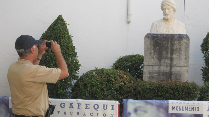 Un turista fotografía el busto recién restaurado de Al-Gafequi gracias al proyecto `Apadrina un monumento´.