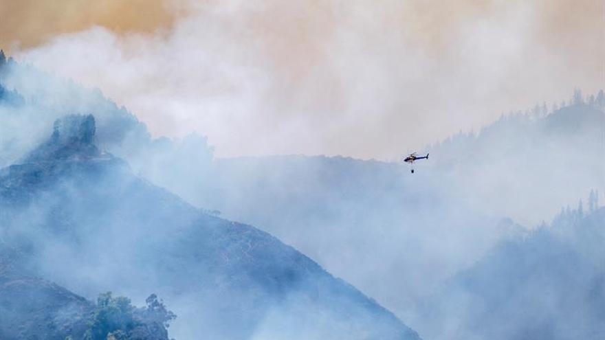 Cuatro mil evacuados por el incendio muy virulento y sin control de Valleseco