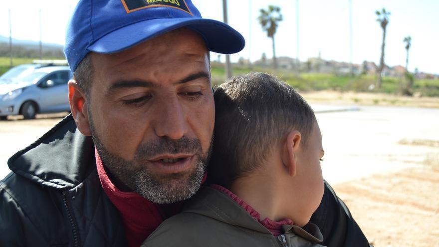 Hamouda, con su hijo mayor   N.C.