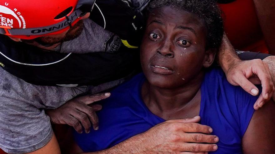 Josefa, la inmigrante camerunesa rescatada de una balsa a la deriva con dos cadáveres ya. Open Arms