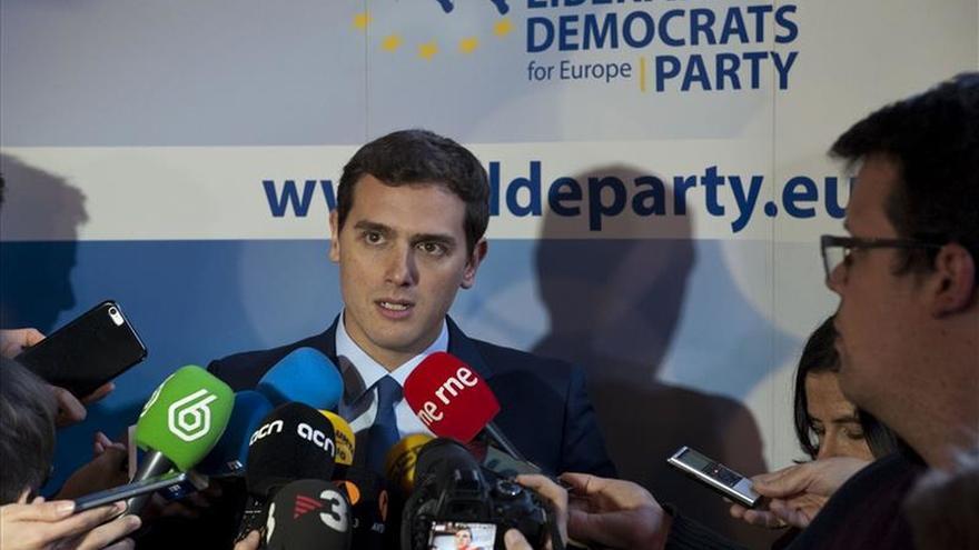 Rivera asegura en Bruselas que no permitirá ningún gobierno con Podemos