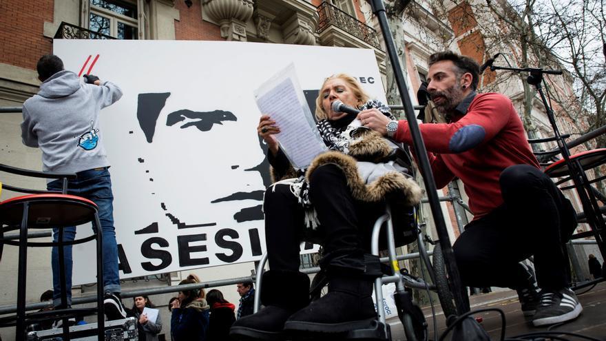 La madre del cámara José Couso durante la concentración convocada ante la embajada estadounidense