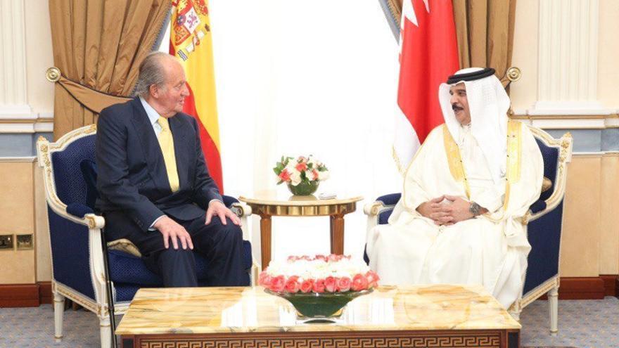 El rey Juan Carlos conversa con el Rey de Bahrein Sheikh Hamad Bin Isa Al-Khalifa, durante su encuentro en el Palacio de Gudaibiya en 2014