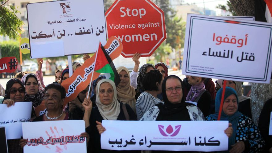 Mujeres palestinas en una protesta a raíz del asesinato deIsraa Ghareeb /Mahmoud Ajjour (APA)