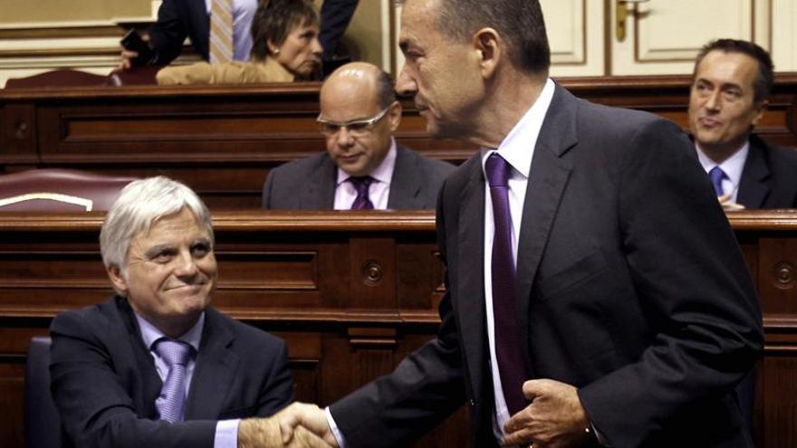 El presidente del Gobierno de Canarias, Paulino Rivero (d), saluda al vicepresidente, José Miguel Pérez (i), antes del comienzo del pleno del Parlamento regional. EFE/Cristóbal García