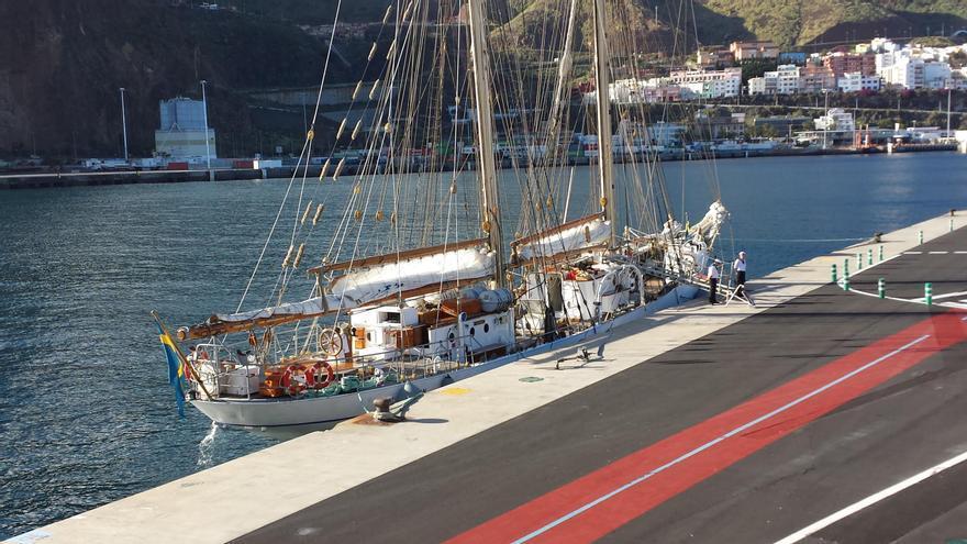 El  barco escuela 'Gladan' de la Armada Sueca, este lunes, en el dique principal del Puerto de Santa Cruz de La Palma.Foto: LA PALMA AHORA.