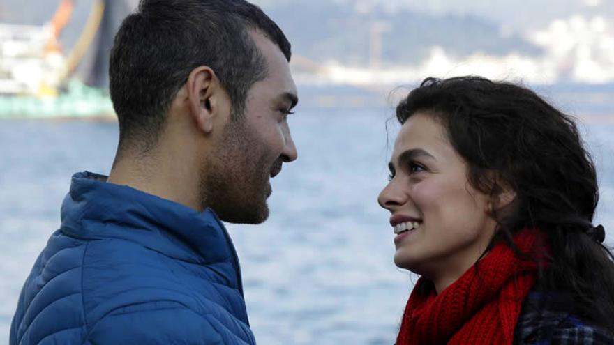Caner Cindoruk y Özge Özpirinççi  protagonizan 'Mujer'