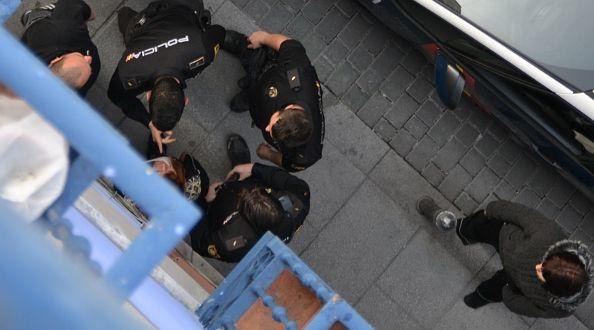 Enfrentamiento verbal entre la policía y una vecina | Foto: Somos Malasaña