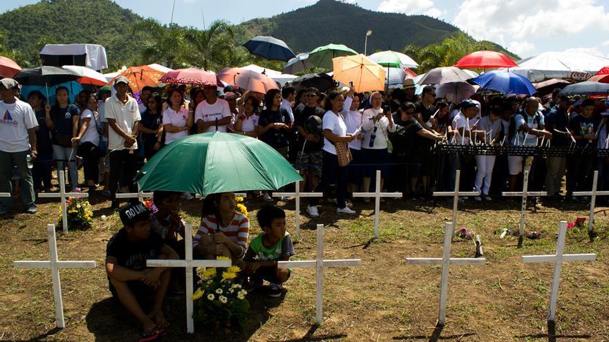 Varios centenares de taclobanos concurren a un acto de homenaje a las víctimas en las afueras de Tacloban. Foto: Carlos Sardiña Galache.