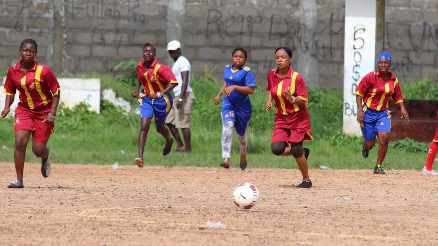 El equipo de chicas del Kenema Ebola Survivors FC en el encuentro contra las trabajadoras sanitarias que las atendieron, en mayo de 2015. / Foto: Nadia Wauquier.