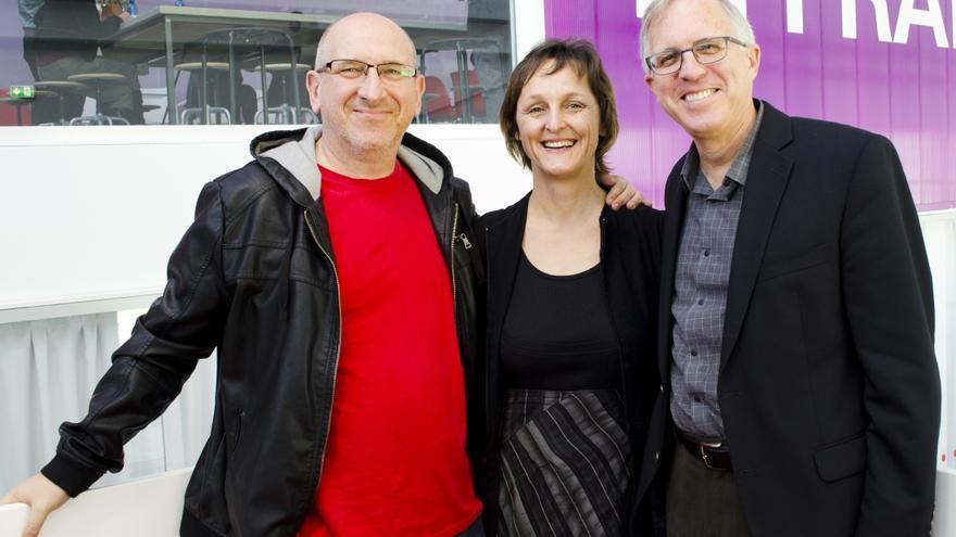 David Bollier (dcha), Silke Helfricht y Michel Bauwens (de la P2P Foundation)