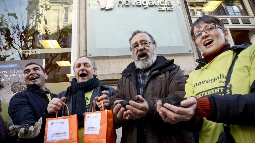 Afectados por preferentes dejan carbón en una oficina de Novagalicia en Ourense