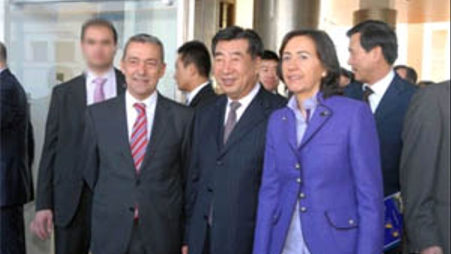 Paulino Rivero junto a Hui Liangyu y Rosa Aguilar. (ACFI PRESS)