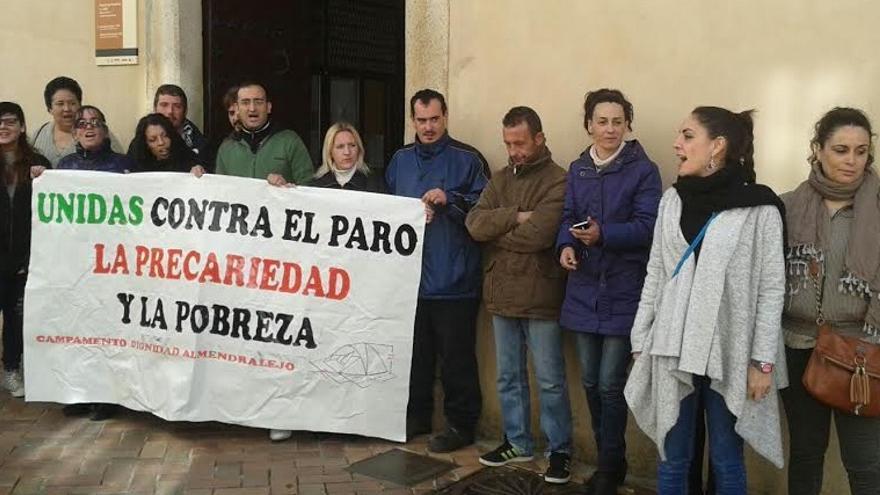 Protesta del Campamento Dignidad a las puertas del Ayuntamiento de Almendralejo / J.R.