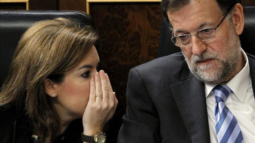 El presidente del Gobierno, Mariano Rajoy, conversa con la vicepresidenta, Soraya Sáenz de Santamaría.
