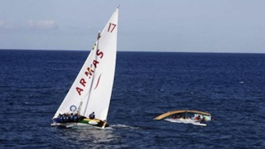 Imagen del bote Unión Risco, junto a uno de los botes que trabucaron. (Acfi Press)