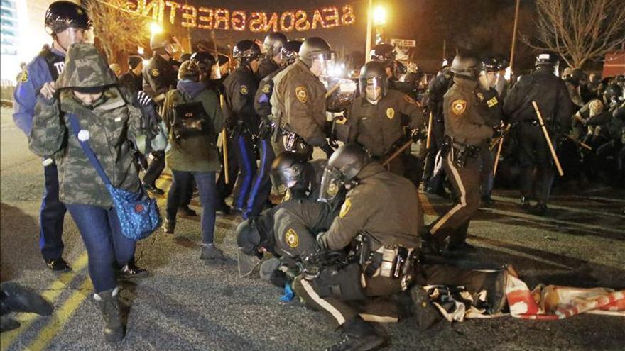 Protestas y arrestos regresan a Ferguson tras la calma en Acción de Gracias