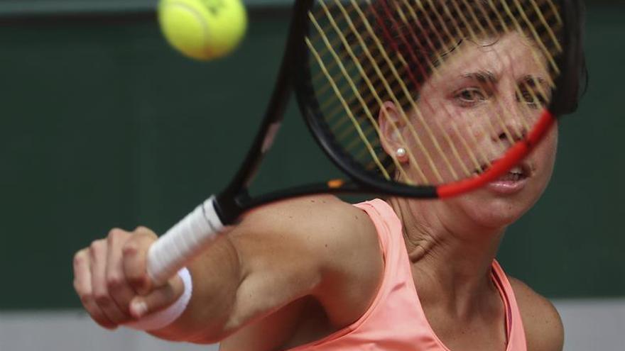 La tenista española Carla Suárez devuelve la bola a la griega Maria Sakkari durante el partido que ha enfrentado a ambas en la primera ronda del Roland Garros