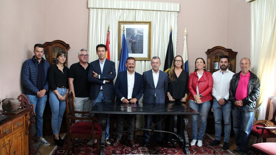 Acto de la firma de los convenios para comenzar el camino  tendente a la construcción de dos nuevos centros de interpretación en el Fuencaliente.