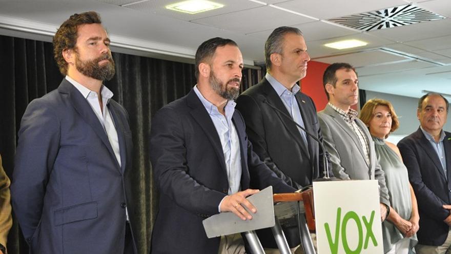 De izquierda a derecha: Espinosa de los Monteros, Santiago Abascal y Ortega Smith, junto a los diputados regionales ahora suspendidos de afiliación, Juan José Liarte, Mabel Campuzano y Francisco Carrera