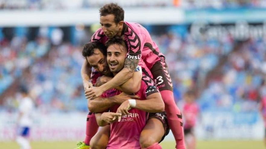 Los jugadores del CD Tenerife celebran uno de los goles. (CD TENERIFE)
