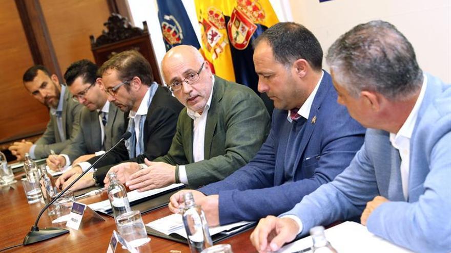 El presidente del Cabildo de Gran Canaria, Antonio Morales (3d), y los representantes de nueve ayuntamientos de la isla firman el convenio por el que los municipios recibirán apoyo de un ingeniero insular para cumplir con los objetivos del Pacto de los Alcaldes por el Clima. EFE/Elvira Urquijo A.