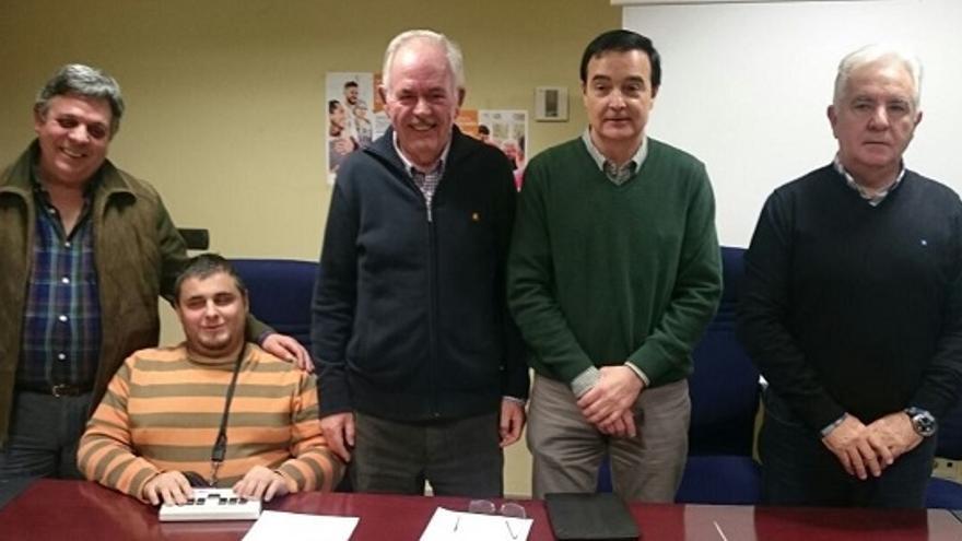 Foto de familia del nuevo comité ejecutivo de CERMI Extremadura (Miguel Ortega, el tercero por la izquierda) / feapsextremadura.org