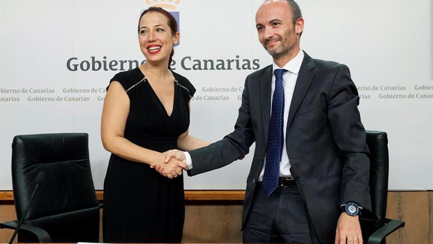 La vicepresidenta y consejera de Empleo, Políticas Sociales y Vivienda del Gobierno de Canarias, Patricia Hernández (i), y el director general de la Sociedad de Gestión de Activos Procedentes de la Reestructuración Bancaria (Sareb), Óscar García.