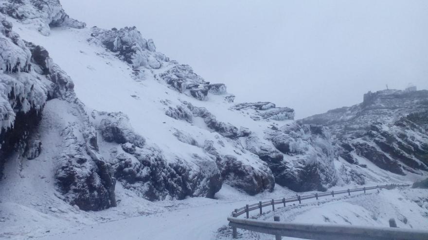 Un nuevo manto blanco cubre este viernes las cumbres de La Palma