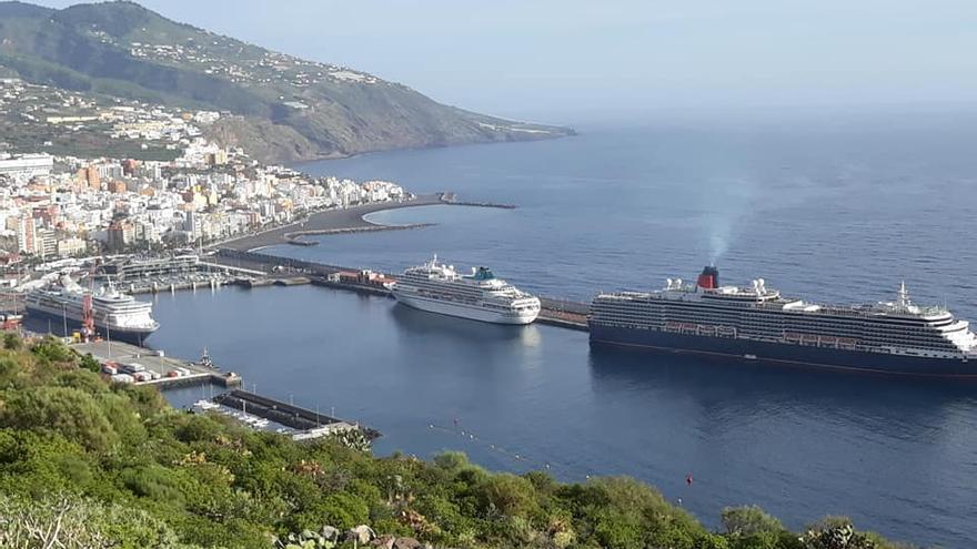 En la imagen los buques Amera, Balmoral y Queen Victoria, el pasado lunes, 30 de diciembre de 2019, en el Puerto de Santa Cruz de La Palma
