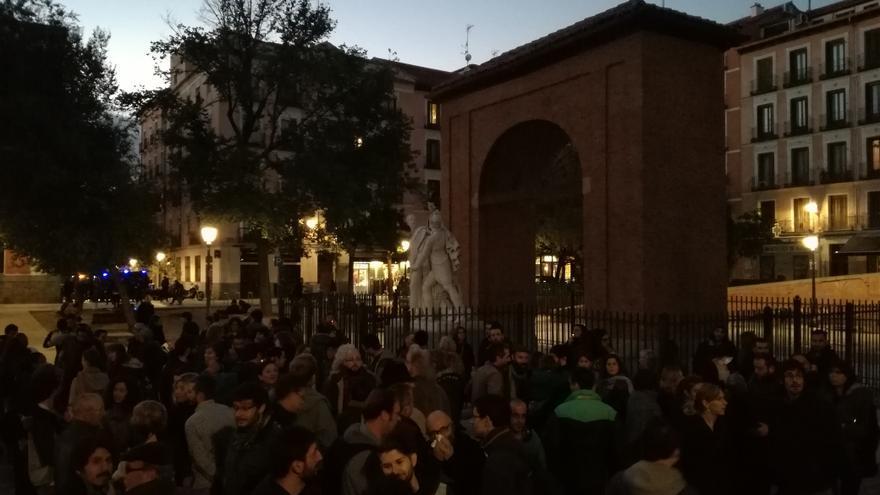 Decenas de manifestantes se reúnen en la Plaza del Dos de Mayo de Madrid, contra el desalojo del Patio Maravillas