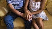 Imagen de archivo de un ascendiente reagrupado junto a su hija, que quedó excluido del sistema de salud pública. | Foto: Alejandro Navarro Bustamante.