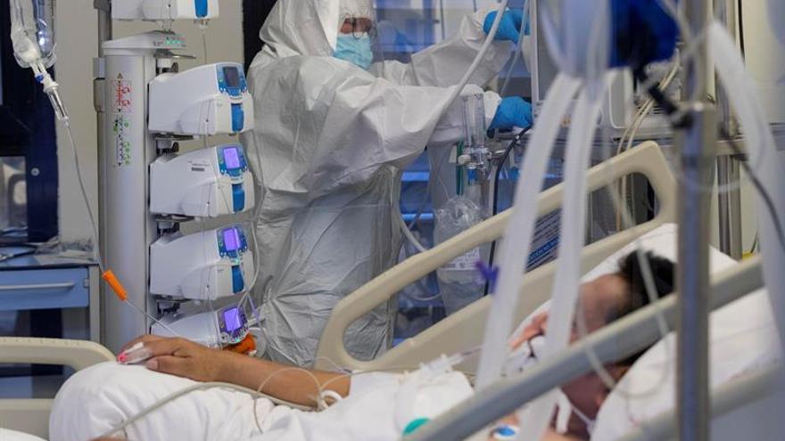 Una enfermera de la unidad de cuidados intensivos (UCI) del Hospital Morales Meseguer de Murcia, atiende a un paciente infectado con coroinavirus.