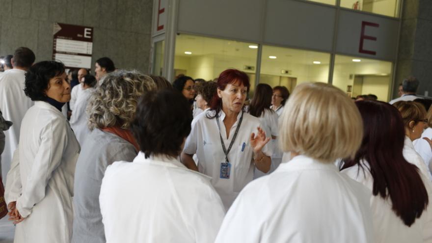 Los trabajadores 'okupan' el vestíbulo del hospital para protestar por los recortes sufridos en el centro y en el sector sanitario en general. / Edu Bayer