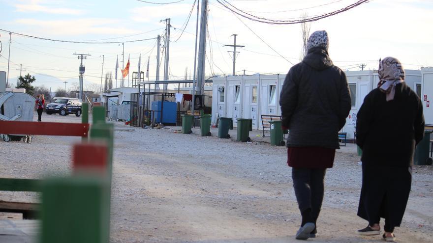 Dos refugiadas pasean por el campo de internamiento de Tabanovce, donde los refugiados no pueden salir libremente.