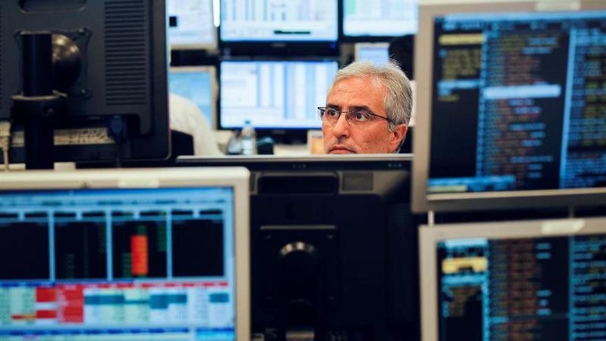 España coloca 4.410 millones en letras y cobra aún más a los inversores