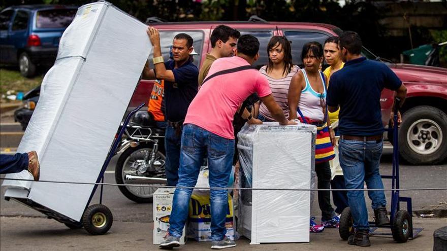 Siguen las colas ante tiendas de electrodomésticos en Venezuela