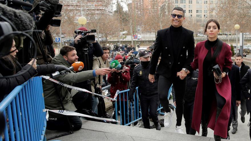 Cristiano Ronaldo y su pareja, Georgina Rodríguez, a su llegada este martes a la Audiencia Provincial de Madrid.