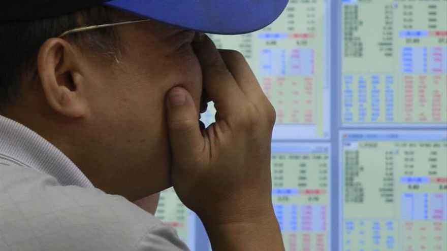 El índice Hang Seng baja 301,40 puntos, el 1,27 por ciento, a media sesión