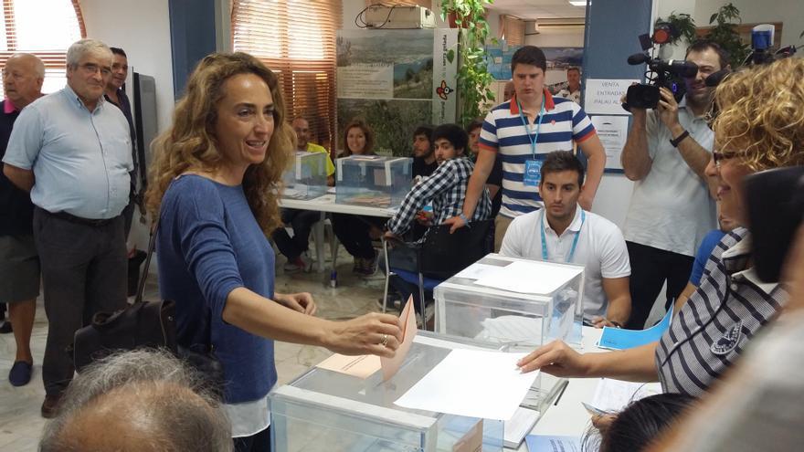 Carolina Punset votando en Altea.