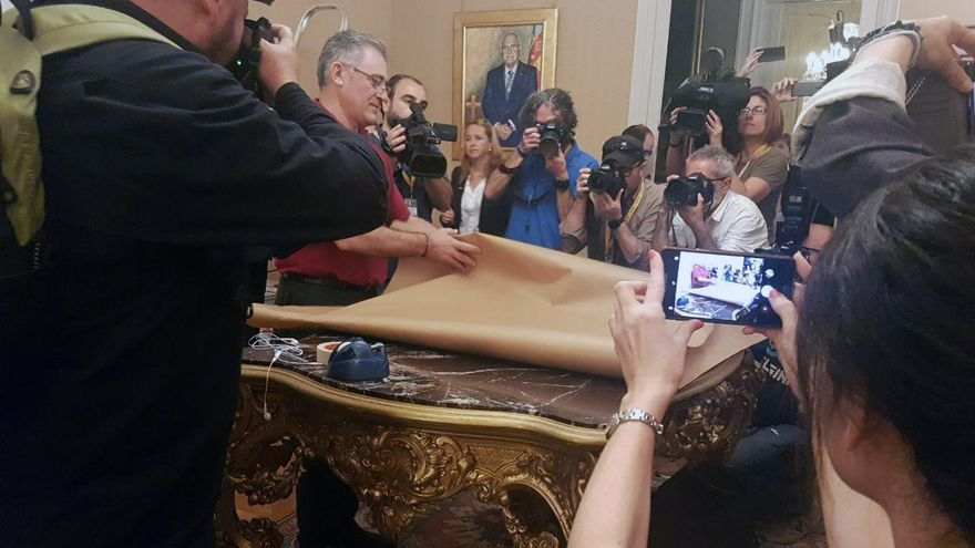 Gran expectación ante la retirada del cuadro de Milagrosa Martínez de las Corts