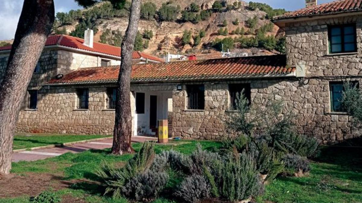 El antiguo cuartel de la Guardia Civil convertido ahora en casas de alquiler a 100 euros en Gascueña (Cuenca)