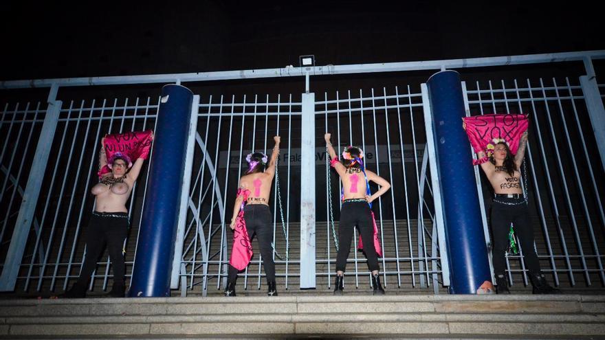 Activistas de FEMEN se encadenan en Vistalegre para boicotear un mitin de Vox