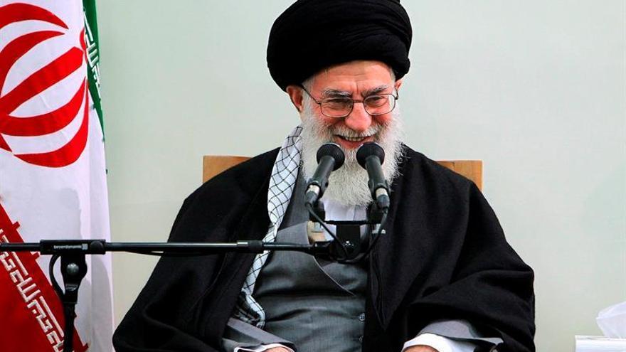 Jameneí pide unidad a los partidos políticos de Irán y apoya a Rohaní
