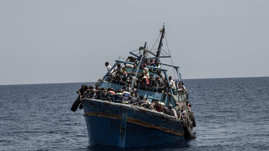 Decenas de personas viajaban hacinadas, como ocurría a lo largo y ancho de toda la nave, en el techo del puente de mando. / Foto: Christophe Stramba/MSF.
